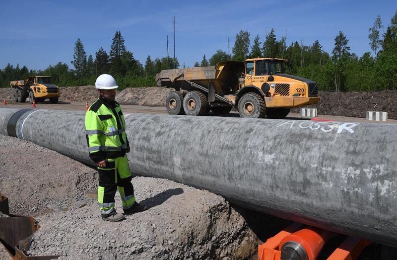"""Рабочий на участке строительства газопровода """"Северный поток-2"""""""