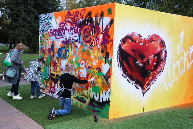Мастер-классы по граффити на ВДНХ в Москве во время празднования Дня города