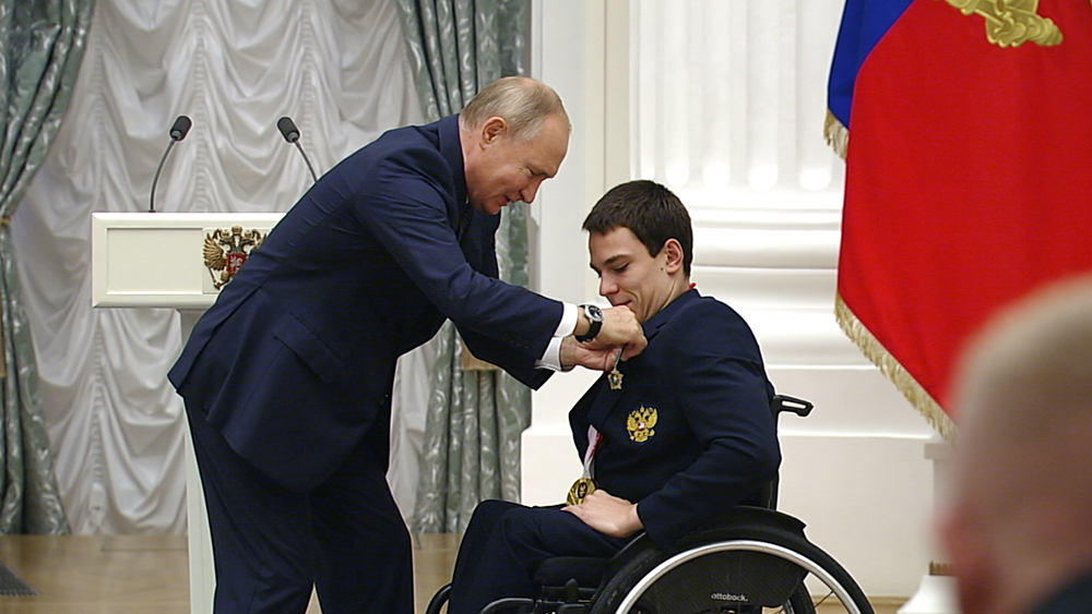 Владимир Путин награждает паралимпийцев
