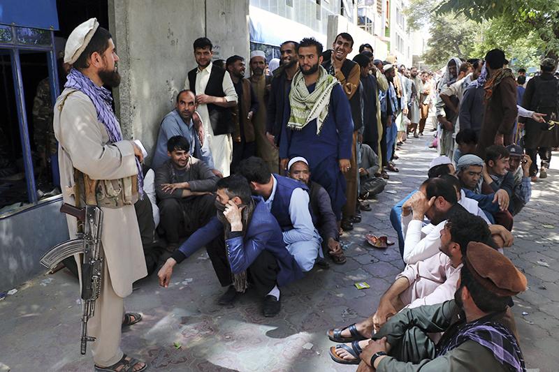 Очередь возле банка в Кабуле