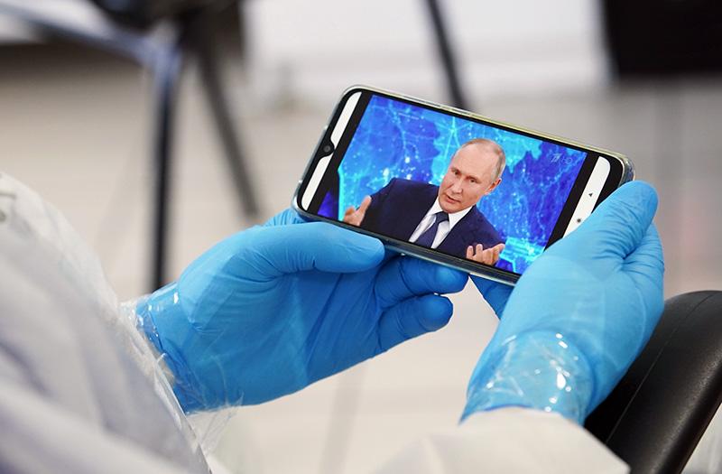 Медики смотрит трансляцию Владимира Путина