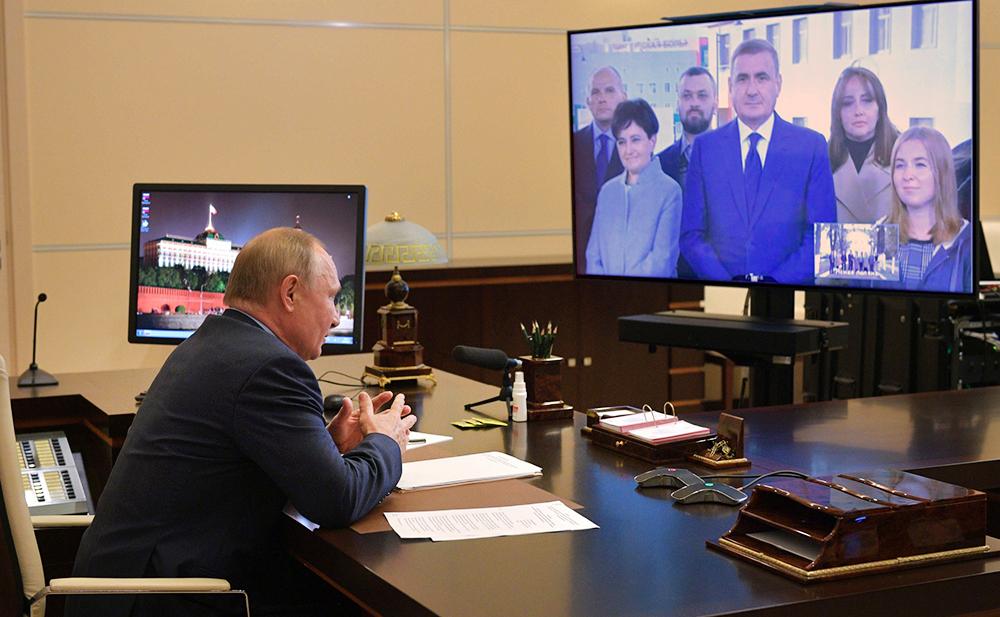Владимир Путин общается с губернатором Тульской области Алексеем Дюминым