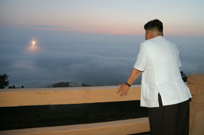 Ким Чен Ын наблюдает за запуском ракеты