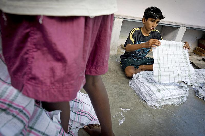 Дети работают на фабрике