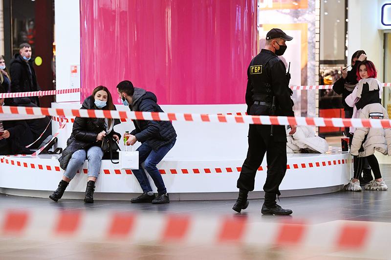 Посетители торгового центра во время эпидемии коронавируса
