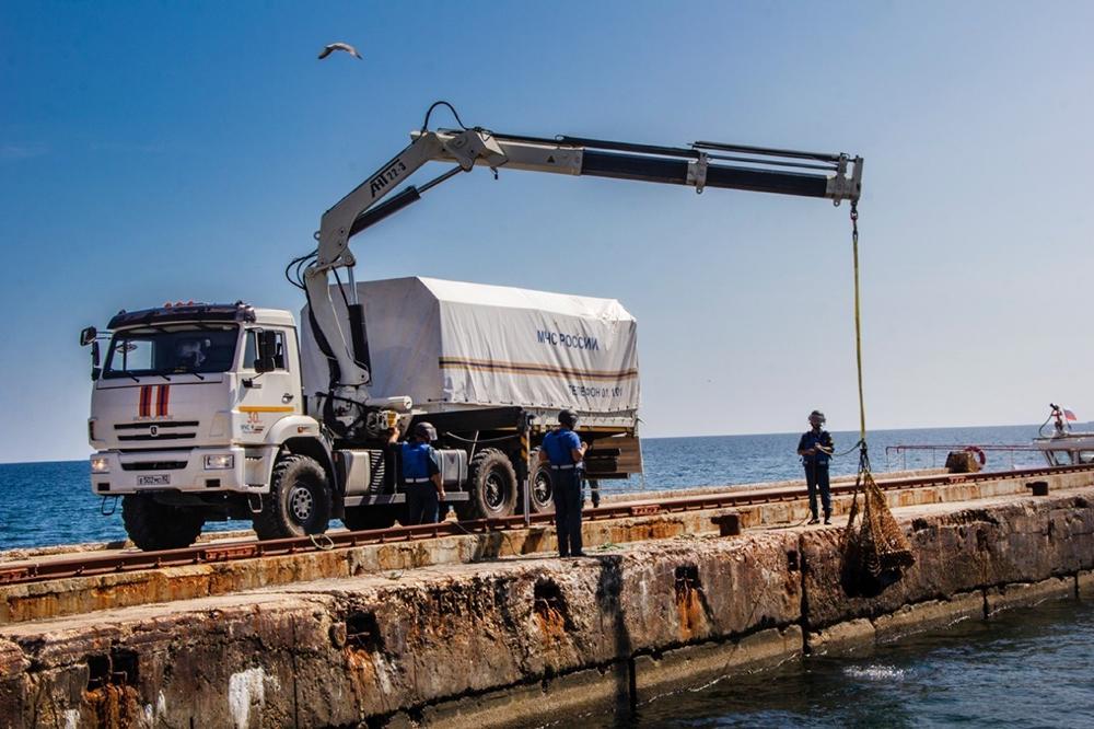 Сотрудники саперного отряда МЧС поднимают боеприпасы со дна моря