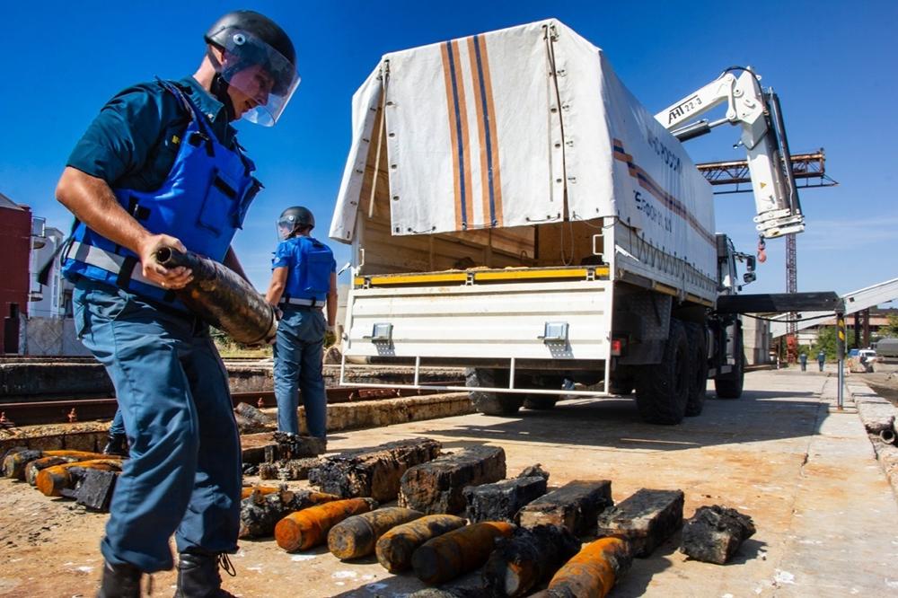 Саперы МЧС работают со старыми боеприпасами