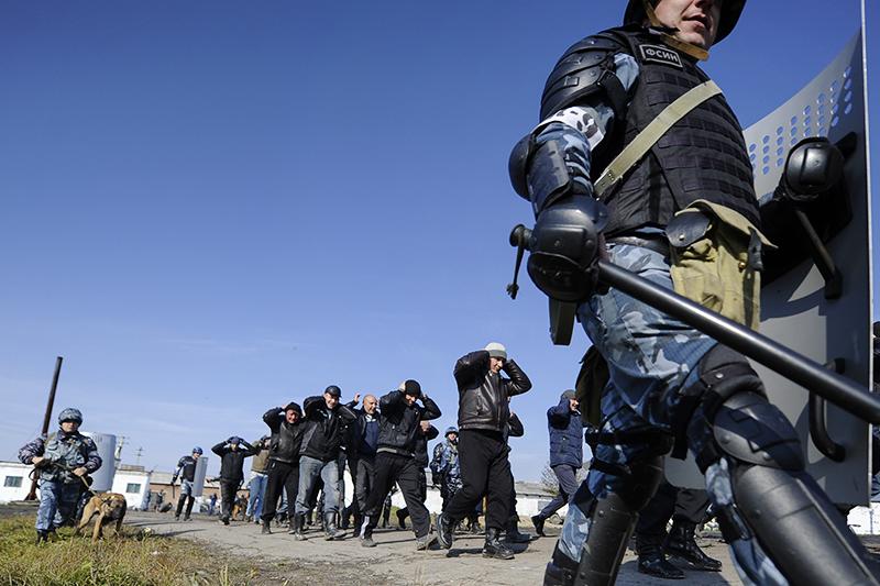 Работники ФСИН в тюрьме