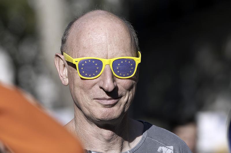 Мужчина в очках с символом Евросоюза