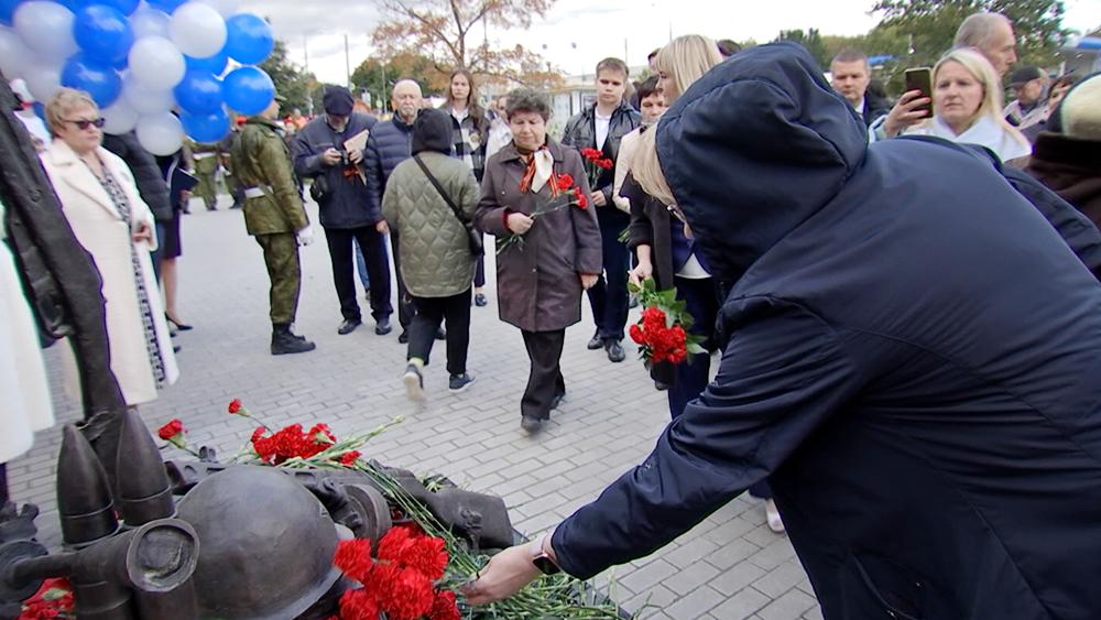Возложение цветов к монументу Подольских курсантов