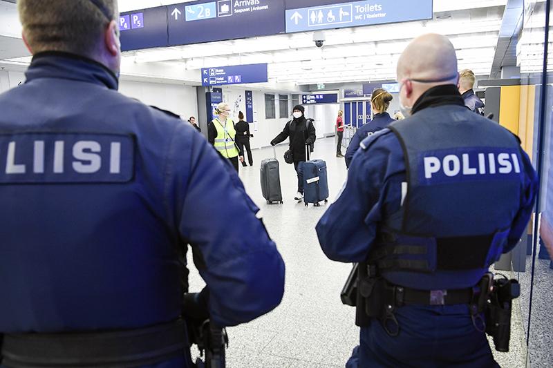 Полиция Финляндии в аэропорту