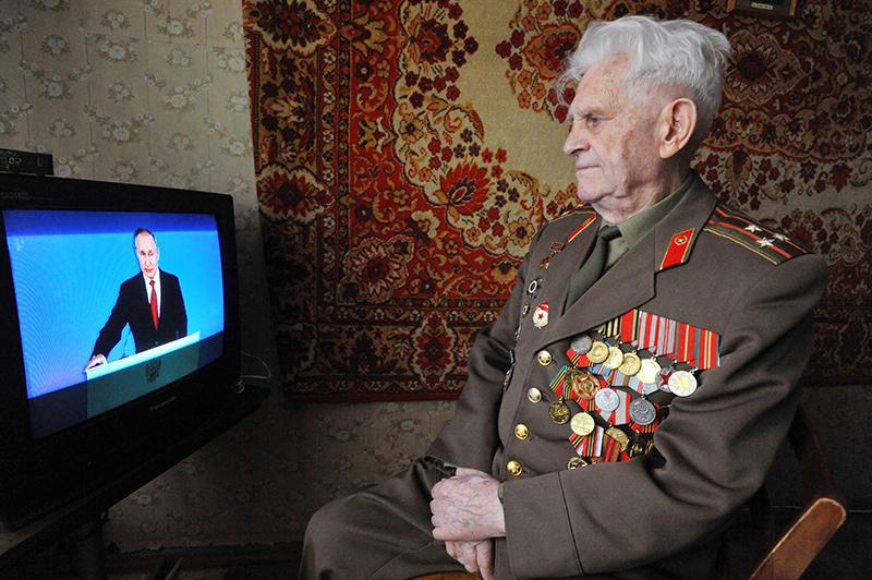 Ветеран смотрит трансляцию Владимира Путина