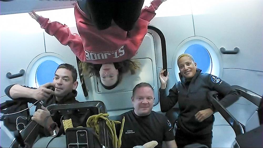 Космический корабль Крю ДрЭгон с гражданским экипажем