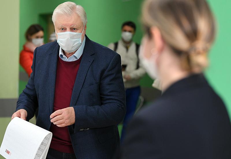 Сергей Миронов голосует