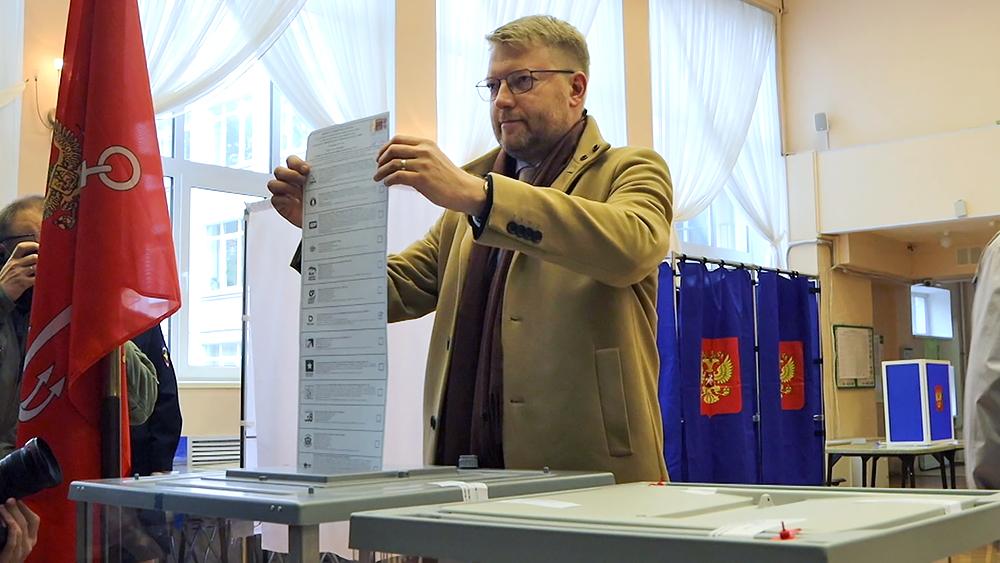 Николай Рыбаков голосует