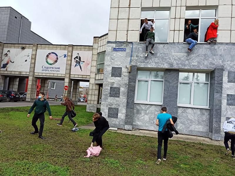 Студенты выпрыгивают из окон Пермского университета