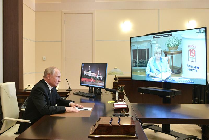 Владимир Путин во время встречи по видеосвязи с председателем ЦИК России Эллой Памфиловой