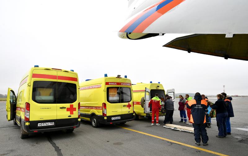 Транспортировка пострадавших при стрельбе в Пермском университете в Москву
