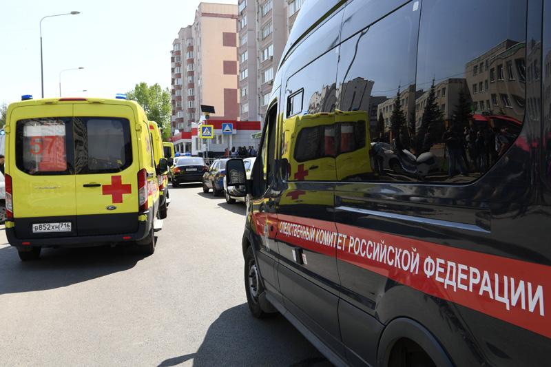 Автомобили Следственного комитета России и скорой медицинской помощи