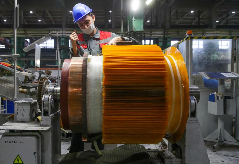 Рабочий в цеху завода