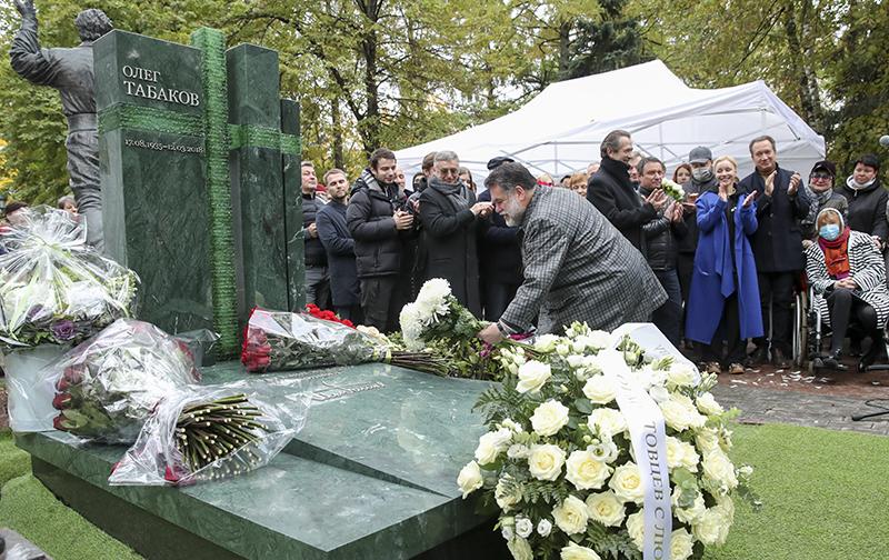 Памятник актеру и режиссеру Олегу Табакову