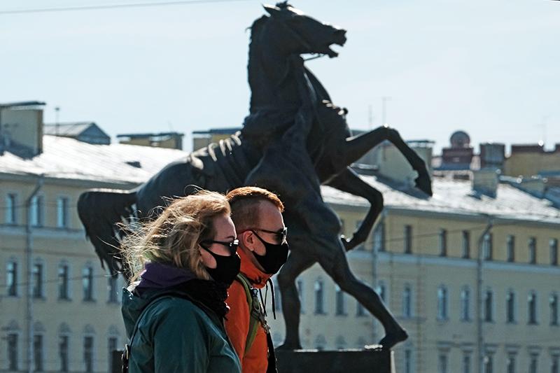 Люди в медицинских масках в Санкт-Петербурге