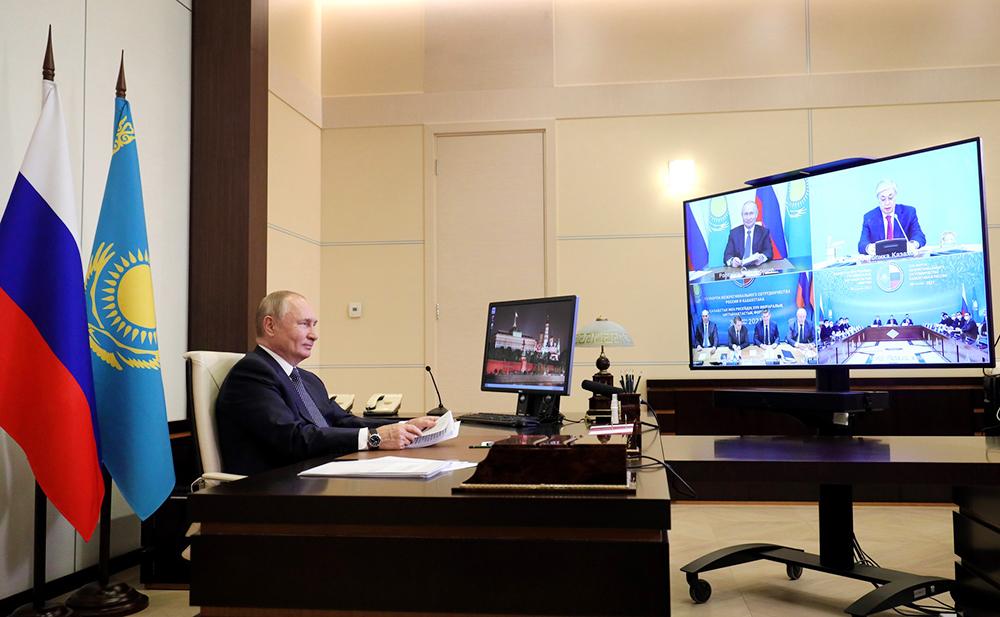 Владимир Путин и Касым-Жомарт Токаев в режиме видеоконференции