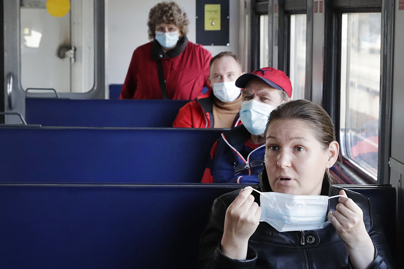 Люди в медицинских масках в электричке