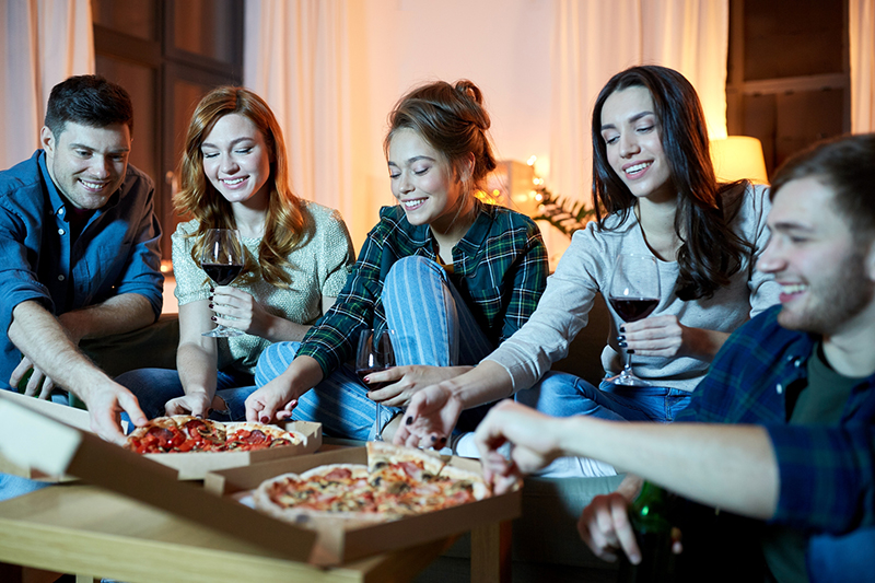 Люди едят пиццу
