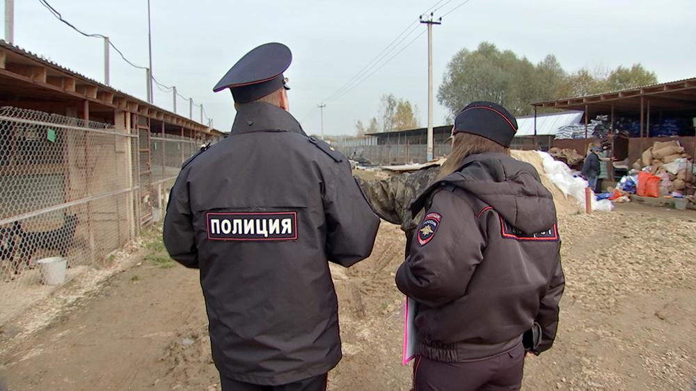Сорудники полиции в собачьем приюте