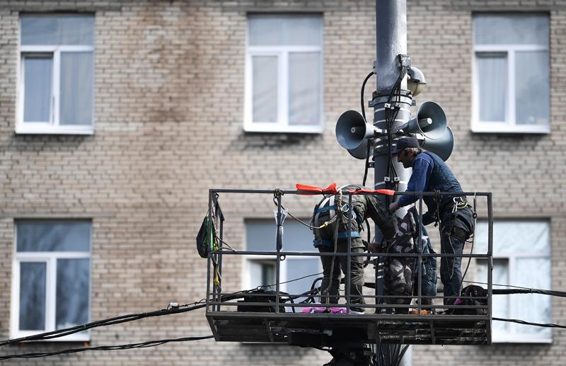 Рабочие проверяют исправность системы оповещения населения в Москве