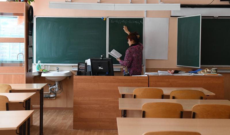 Учитель химии готовится к дистанционному уроку