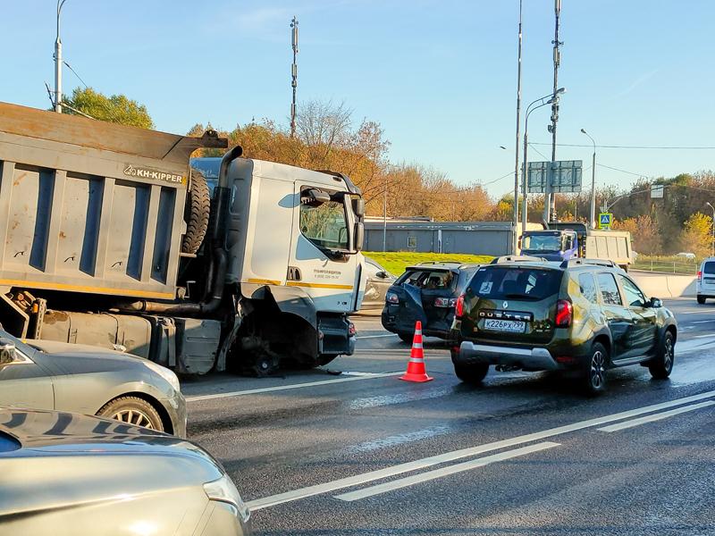 Последствия ДТП с участием восьми автомобилей на северо-западе Москвы