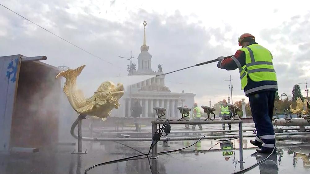 Промывка фонтанов на ВДНХ