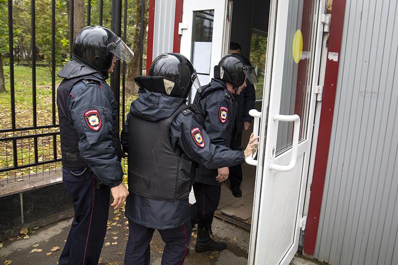 Сотрудники полиции у входа Пермского государственного университета