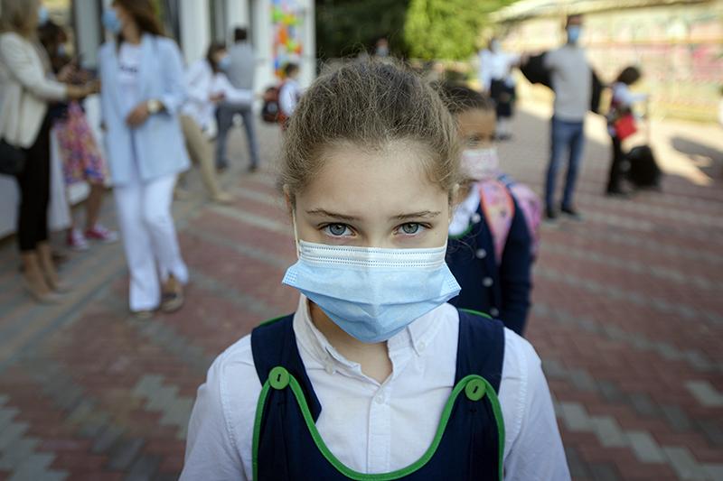 Школьники в медицинских масках