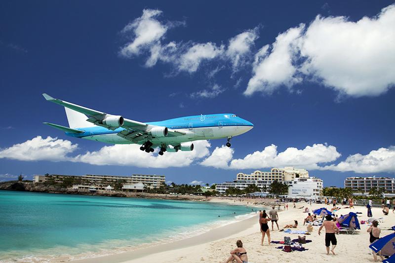 Самолет над курортом