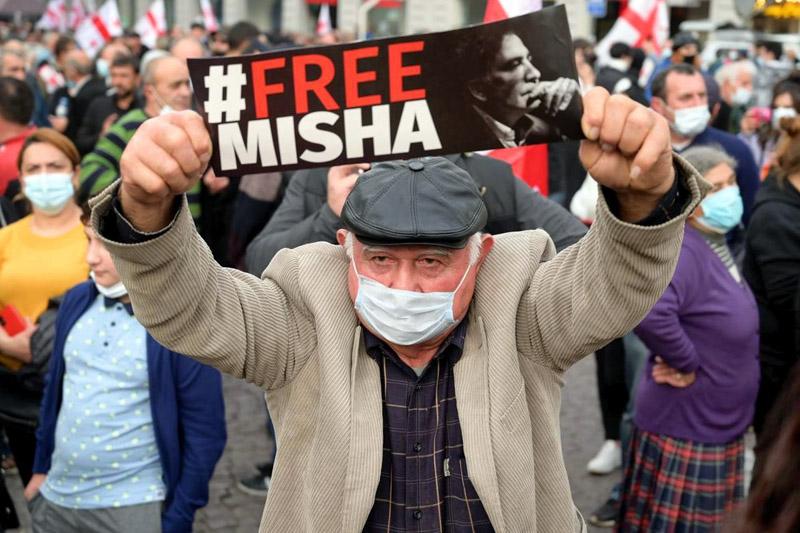 Участники митинга сторонников задержанного бывшего президента Грузии Михаила Саакашвили