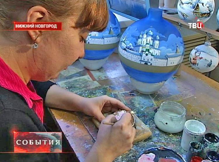 Художник по росписи за работой