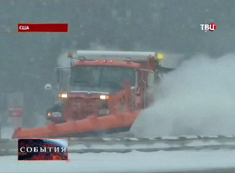 Снегоуборочная машина очищает от снега проезжую часть