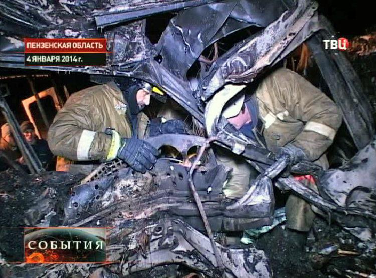 Спасатели на месте ДТП в Пензенской области