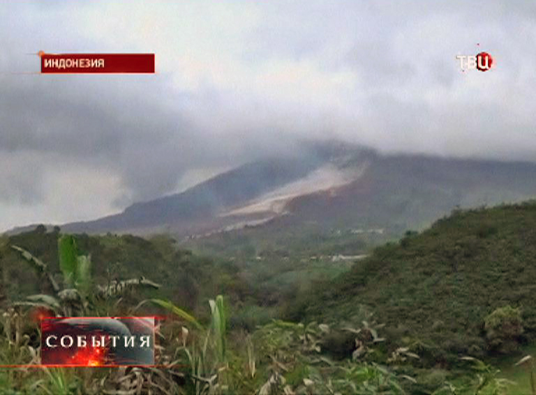 Вулкан Синабунг в Индонезии