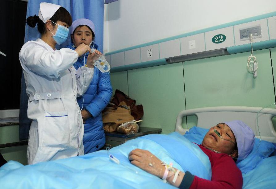 Китайские врачи лечат женщину