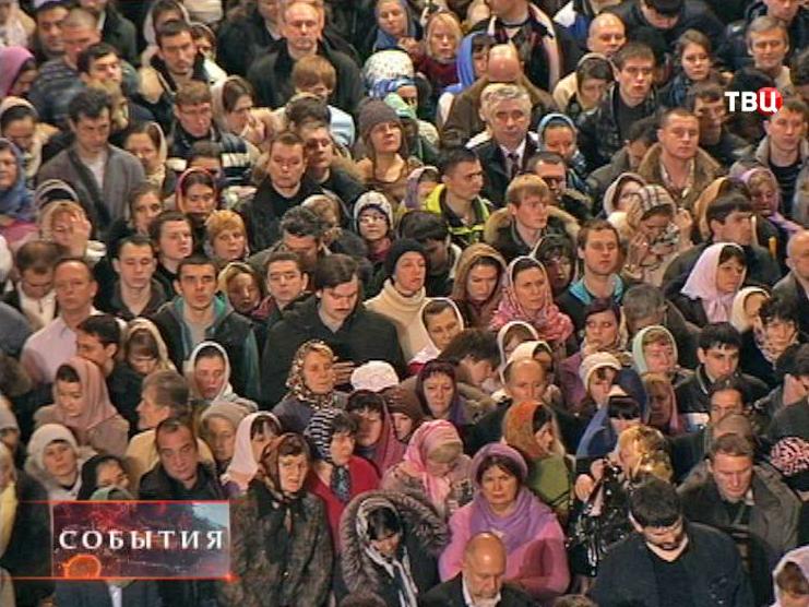 Православные верующие на торжественном богослужении