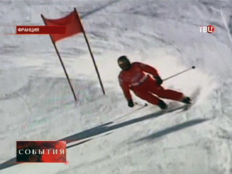 Горнолыжник спускается по склону