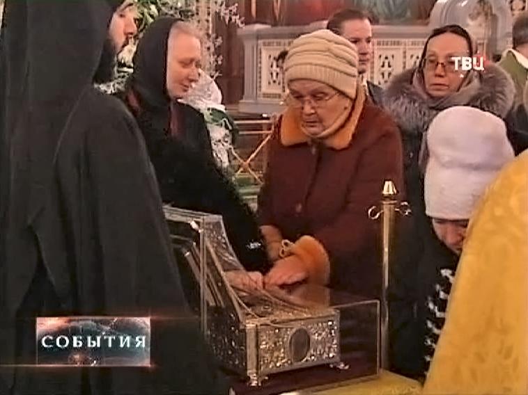 Верующие поклоняются Дарам волхвов в храме Христа Спасителя