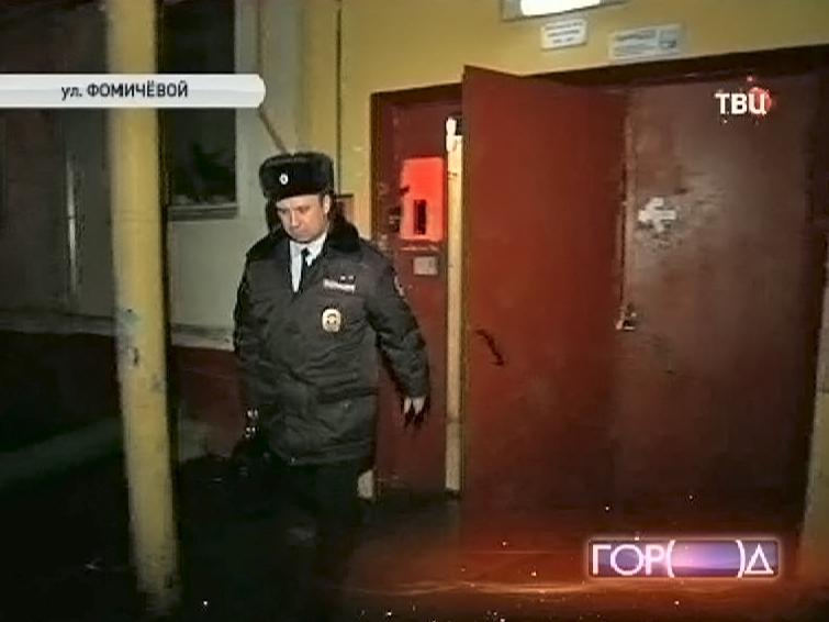 Полицейские выходят из подъезда