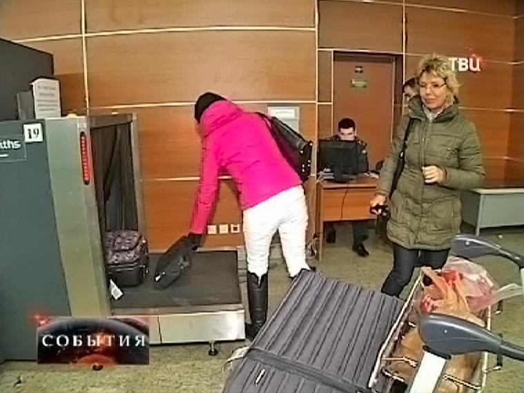 Пассажиры проходят досмотр багажа в аэропорте