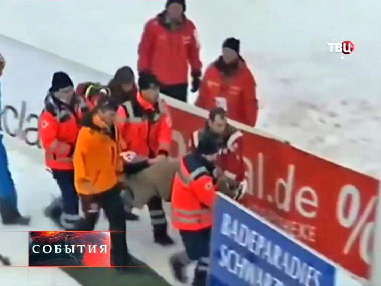Врачи уносят пострадавшего после падения прыгуна Моргенштерна