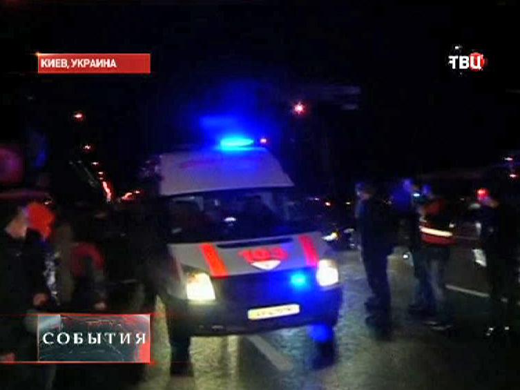 Скорая помощь увозит пострадавших в столкновениях сторонников оппозиции с Украинской милицией